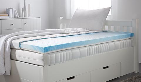 Bequemer Gelschaumtopper mit vertikalen Lüftungskanälen und Doppeltuchbezug für höchsten Schlafkomfort von mömax.