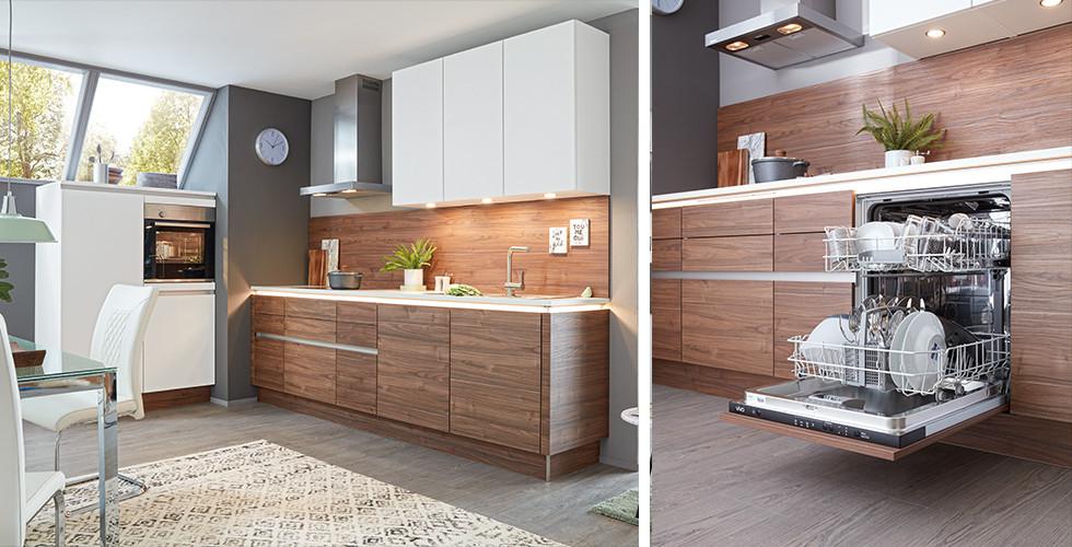 Küche in Weiß und Nussbaum mit passender Rückwand in Nussbaum, von mömax   Integrierter Geschirrspüler mit Holzfront, offen stehend, von mömax