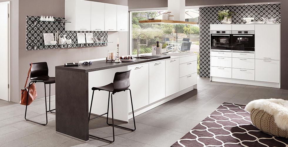 Kocheinsel in Schwarz-Weiß, Rückwand mit Muster.
