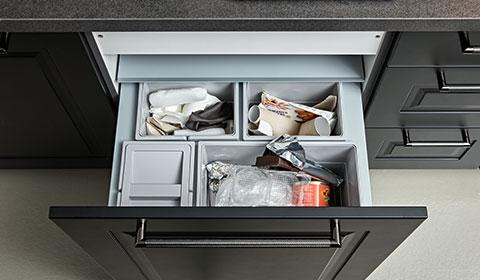 Praktisches Mülltrennsystem zum Ausziehen, integriert in den Küchenunterschrank,  günstig kaufen bei mömax.