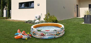 Plantschbecken mit Spielzeug im Garten