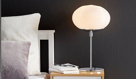 Schlichte Nachttischlampe in Chrom und mit einem runden Opalglas von mömax