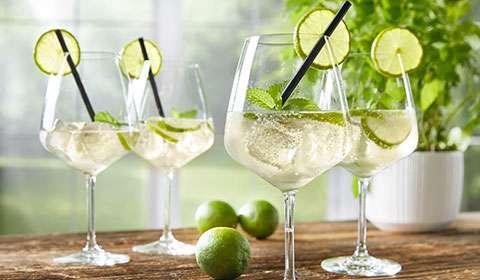 Cocktailgläser-Set von mömax, perfekt für einen gemütlichen Sommerabend.