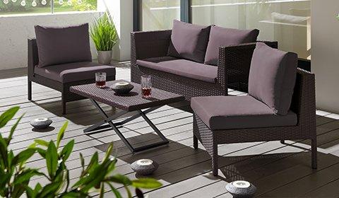 Dunkelgraue Loungegarnitur aus wetterbeständigen Kunststoffgeflecht mit gemütlichen Sitz- und Rückenkissen von mömax.
