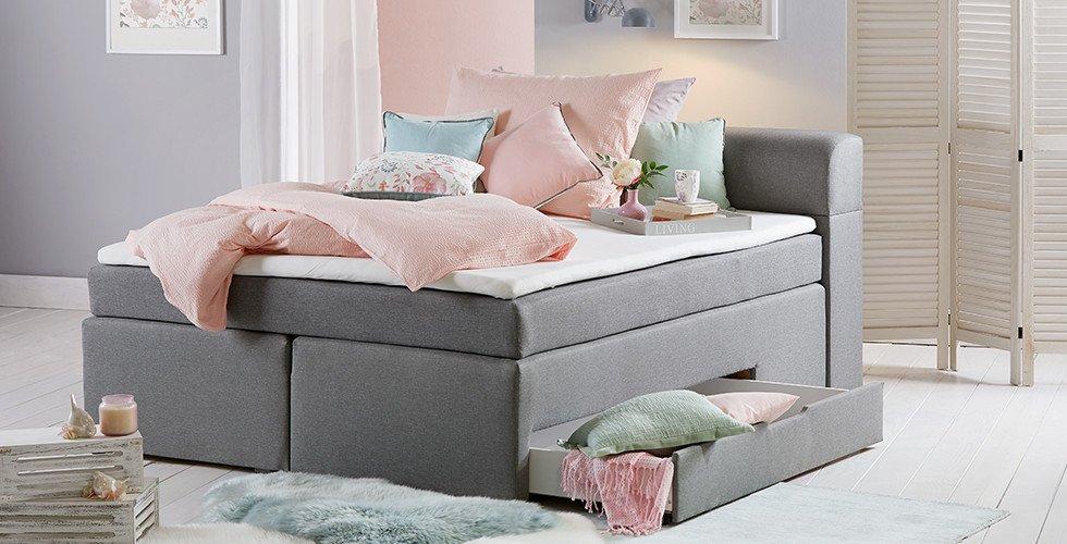Schlafzimmer-Boxspringbett-grau-Stauraum-Bettwäsche-rosa-moemax