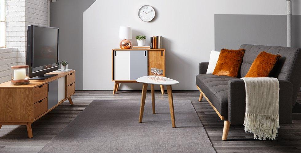 Dnevna soba mömax - siva zofa in belo pohištvo