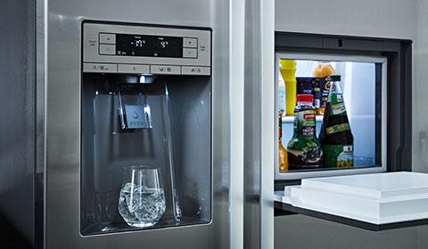 Silberner Kühlschrank, Side-by-Side, mit Gefrierfunktion und Wasserspender von mömax.
