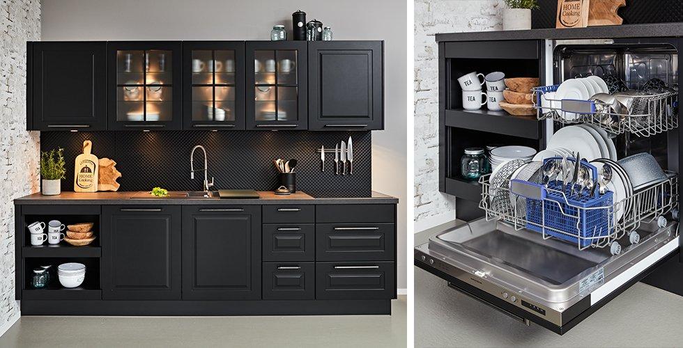 Küche in Schwarz mit passender Rückwand von mömax | Integrierter Geschirrspüler mit schwarzer Holzfront, offen stehend, von mömax.