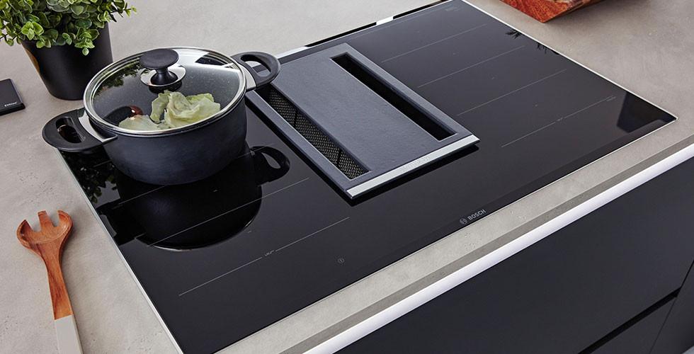 Modernes Induktions-Kochfeld mit Tischhabe bei mömax