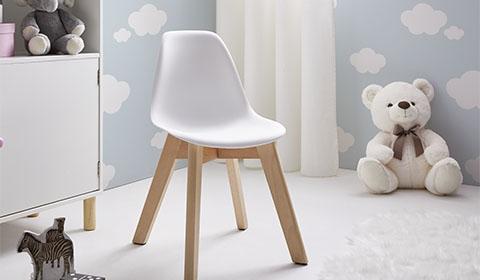 Kinderstuhl mit Stuhlbeinen aus Buchenholz und weißer Kunststoffschale von mömax.