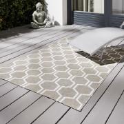 Gartenzubehör und Outdoorteppich auf hellgrauen Terrassendielen