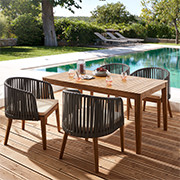 Gartentisch mit Stühlen aus Holz mit schwarzer Kunststofflehne