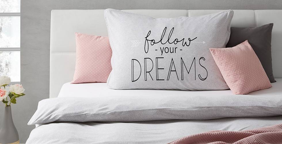 "Siva posteljnina z napisom ""Follow your dreams"""