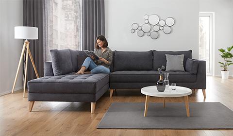 Kotna sedežna garnitura temno sive barve v skandinavskem slogu