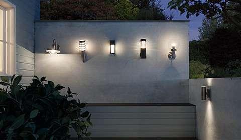 Terrasse mit Wandaußenleuchten in Stab- und Kugelform, bei mömax.