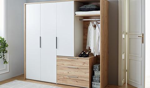 Drehtürenschrank in Weiß und Eiche mit offenen und geschlossenen Fächern, sowie Schubladen, von mömax.