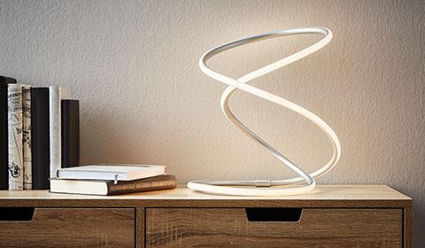 Moderne und energieeffiziente LED-Tischlampe im kunstvoll geschwungenen Design günstig kaufen bei mömax.