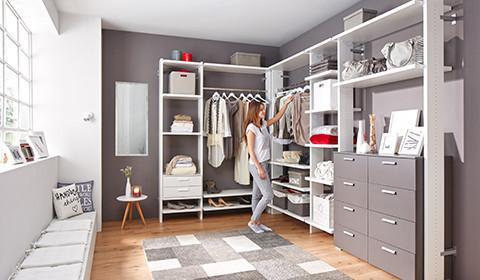 Begehbarer Kleiderschrank In Weiß, Mit Grauen Schubladen Und Offenen  Regalfächern Von Mömax.