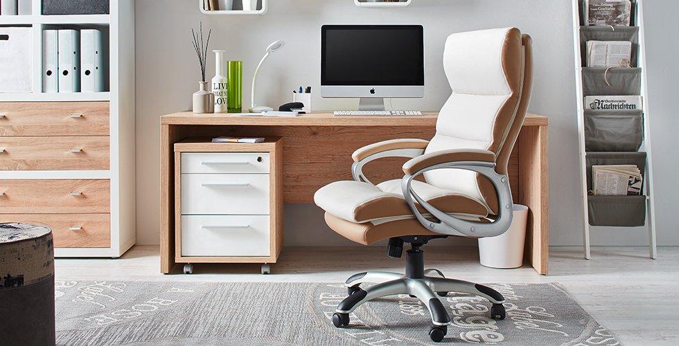 Modernes Arbeitszimmer mit Schreibtisch in Sonoma Eiche, Chefsessel und Regalen von mömax.