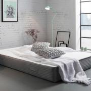 graue Matratze in einem Raum im Industrial Look