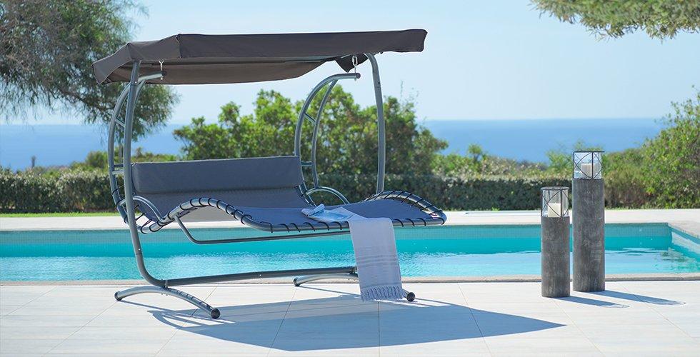 Gemütliche Hollywoodschaukel mit ausreichend Liegefläche und Sonnendach für sonnige Sommertage.