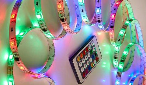 Bunte LED-Lichterkette mit verschiedenen Farben und Effekten, steuerbar mit Fernbedienung von mömax.