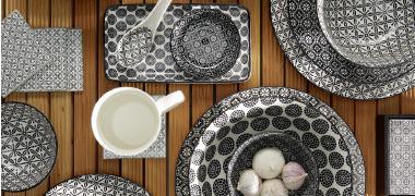 Geschirr in schwarz weißem Karo Muster