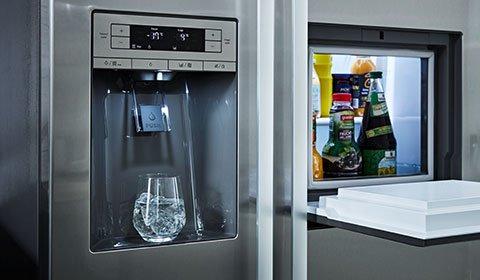Großer Side-by-Side Kühlschrank mit integrierten Wasserspender von mömax.