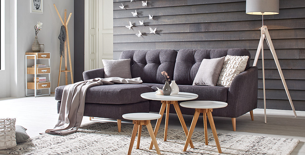 Dunkelgraue Couch aus Stoff und Holzfüssen von mömax.