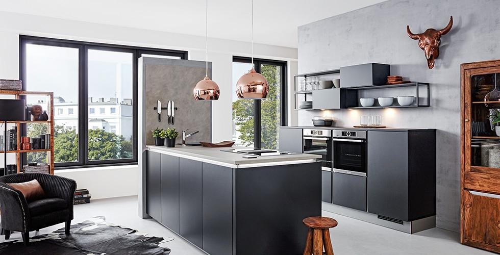Schwarze Einbauküche mit Kochinsel, darüber zwei kupferfarbene Hängeleuchten, von mömax