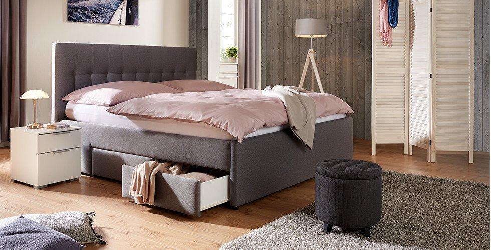 Boxspringbett-Schlafzimmer-Grau-Stoffbezug-Kopfstütze-Stauraum-Bettwäsche-Rosa