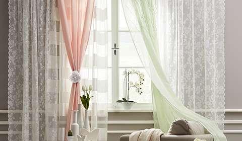 Transparente Vorhänge in Rosa, Grün und Weiß von mömax.