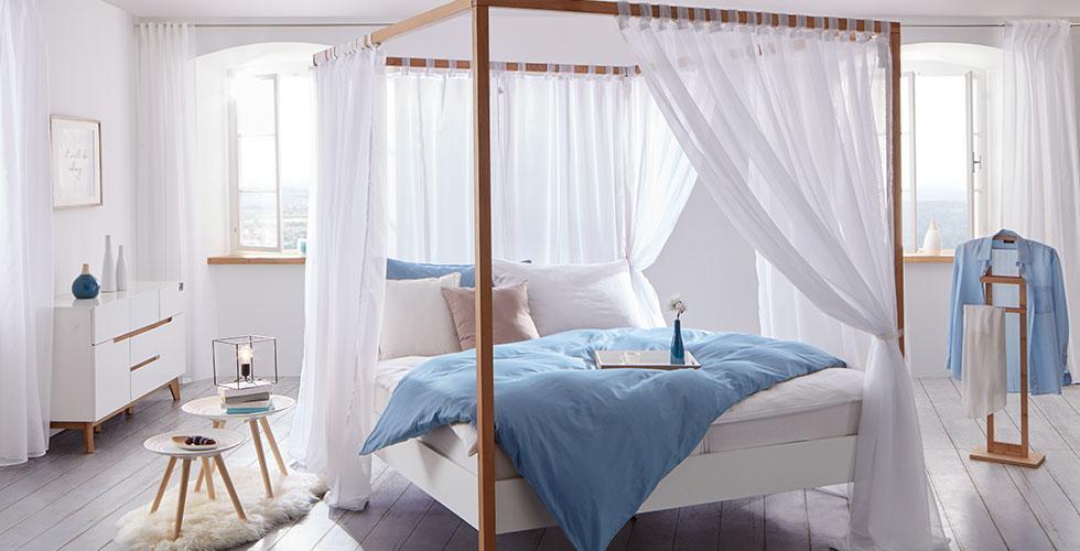 Traumhaftes Himmelbett in Weiß und Eichefarben mit passendem Nachttisch von mömax.