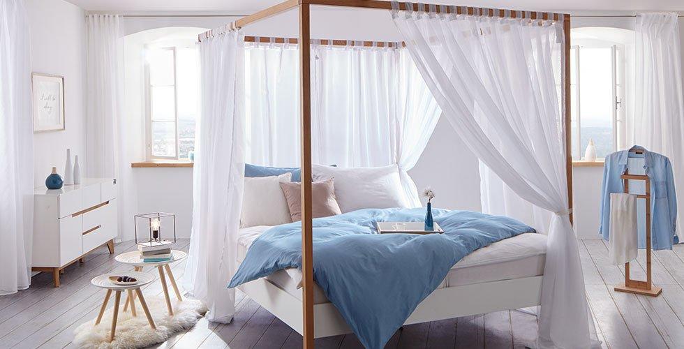 Bela postelja z baldahinom z elementi iz masivnega lesa