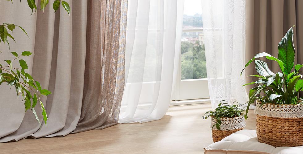 Zatemnitvena zavesa v bež barvi iz mömaxa.