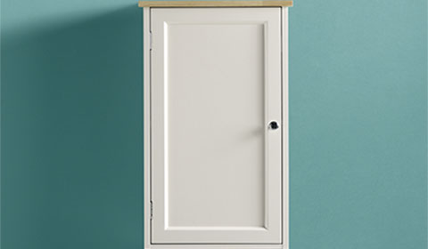 Bad-Oberschrank in Weiß und Fichtefarben aus Kautschukholz von mömax.