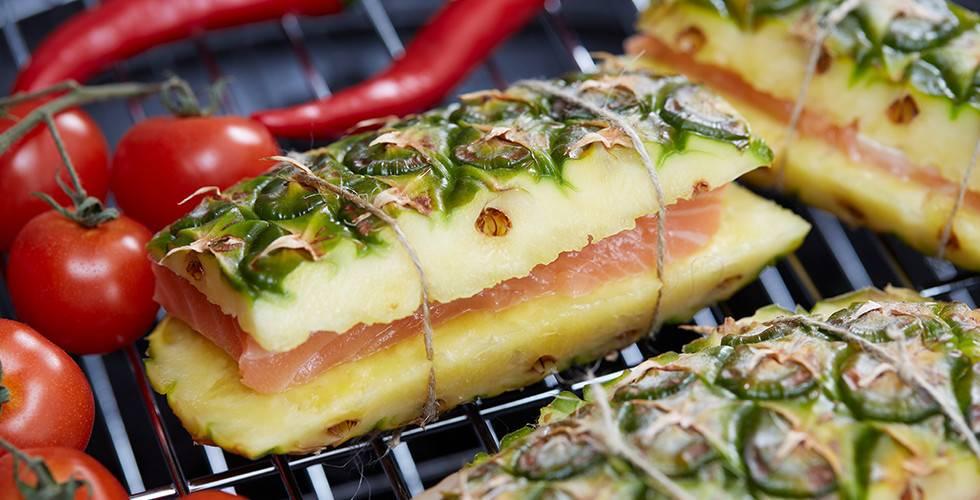 Sommerliches Rezept für einen gegrillten Fisch im Ananas Mantel.