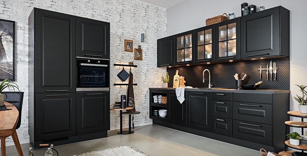 Schwarze Retro-Küche im Vintage-Stil von mömax.