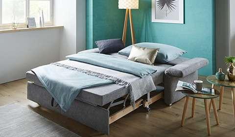 Raztegljiv kavč, raztegnjen v posteljo