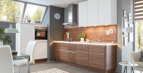 Küche in Weiß und Nussbaum mit Nischenrückwand, Dunstabzug und integrierter Beleuchtung von mömax
