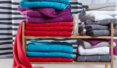 Handtücher in Rot, Lila, Grau und Weiss von mömax.
