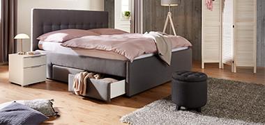 Schlafzimmer Mit Schwarzem Bett Und Bettbezug In Rosa