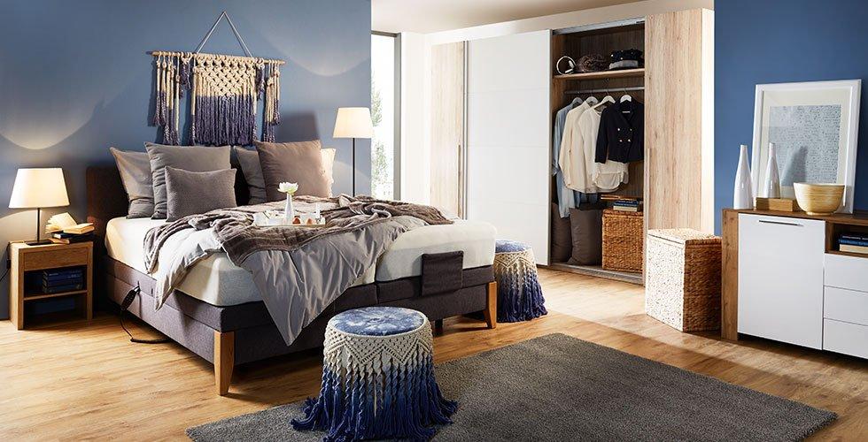 Zakonska boxspring postelja sive barve z elementi iz masivnega hrasta