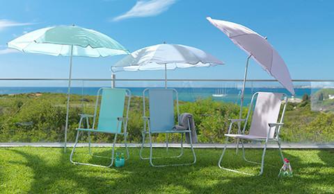 Sonnenschirme in verschiedenen Farben von mömax.