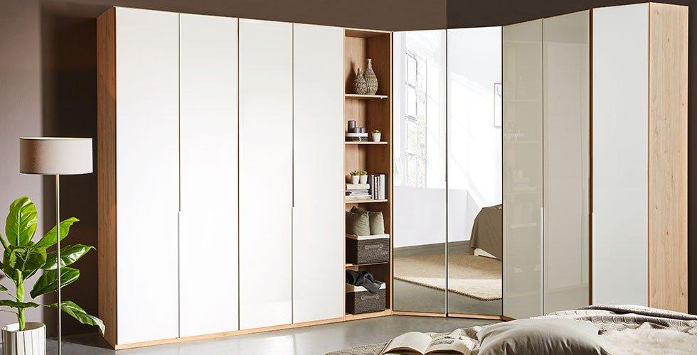 Moderna kotna garderobna omara v beli barvi