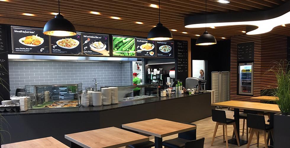 mömax Restaurant Theke mit Tischen