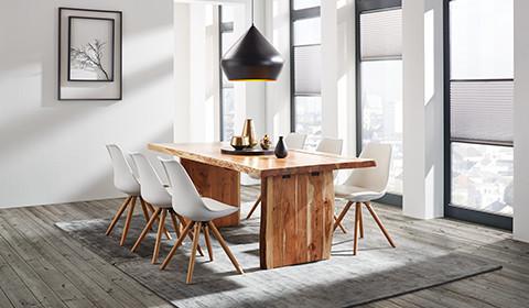 Esszimmertisch aus massiver Akazie mit sechs trendigen Sesseln in Weiß und Holz von mömax.