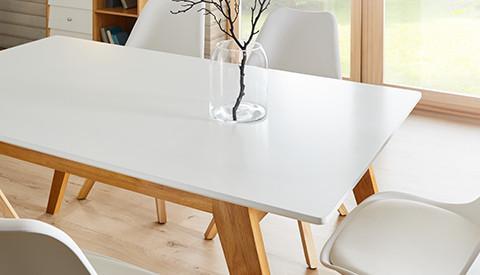 Esstisch mit weißer Tischplatte und Beinen in Holz mit farblich passenden Sesseln von mömax.