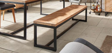 Sitzbank mit schwarzem Gestell und Holzsitzfläche