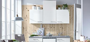 weiße Küchenzeile mit 3 weißen Küchenoberschränken